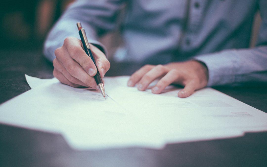 ¿Quién firma las cuentas anuales y la memoria de actividades?
