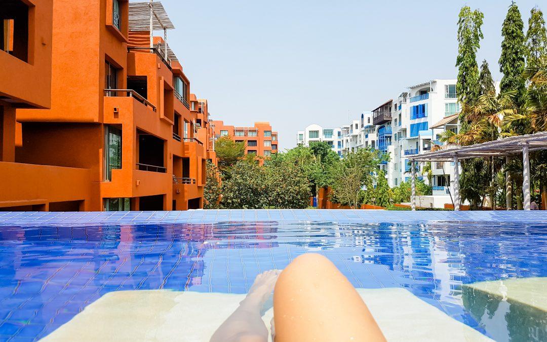¿Puede el propietario de una plaza de garaje hacer uso de la piscina?